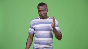 Jeune homme africain ayant la douleur cervicale clips vidéos