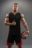 Jeune homme africain bel jouant le basket-ball Photo libre de droits