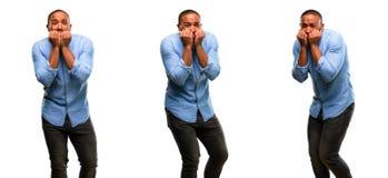 Jeune homme africain d'isolement au-dessus du fond blanc image stock
