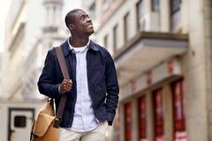 Jeune homme africain heureux photographie stock libre de droits
