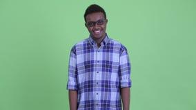 Jeune homme africain heureux de hippie avec le sourire de lunettes banque de vidéos