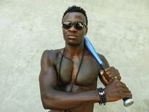 Jeune homme afro-américain noir attirant et bel avec le corps musculaire convenable et six les battes de baseball de participati images stock