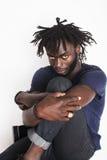 Jeune homme afro-américain bel, regard fâché, mauvaise herbe Image stock