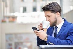 Jeune homme agréable s'asseyant en café Photo libre de droits