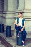 Jeune homme américain détendant dehors à New York Photographie stock