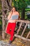 Jeune homme américain d'Africain travaillant dehors au parc à New York image libre de droits