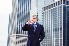 Jeune homme américain voyageant à New York Photos stock