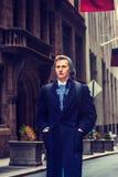 Jeune homme américain voyageant à New York en hiver Photos stock