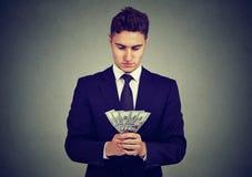 Jeune homme ambitieux d'affaires avec l'argent photos stock
