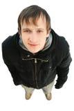 Jeune homme amical regardant l'appareil-photo et le sourire Photos stock