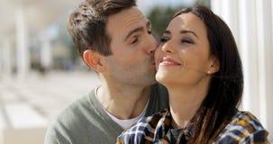 Jeune homme amoureux embrassant son amie Photo stock