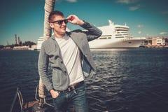 Jeune homme appréciant le tour sur un yacht Photo libre de droits