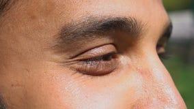 Jeune homme après la prise de la procédure de cosmetologist's clips vidéos