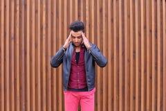 Jeune homme arabe attirant, étudiant Feels Headache, avec la tête a photo libre de droits