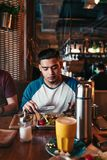 Jeune homme Arabe avec ses amis prenant le petit déjeuner en café Photographie stock libre de droits