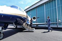Jeune homme arrivant à l'avion photographie stock