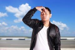 Jeune homme asiatique ayant le mal de tête Images stock