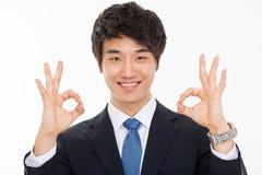 Jeune homme asiatique d'affaires montrant le signe correct Photo libre de droits
