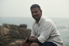 Jeune homme asiatique de la pose du Sri Lanka Image libre de droits