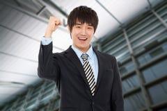 Jeune homme asiatique heureux d'affaires photographie stock