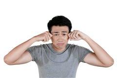 Jeune homme asiatique pleurant dans le studio image libre de droits