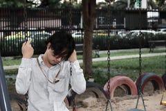 Jeune homme asiatique soumis à une contrainte seul d'affaires souffrant de la dépression grave Concept réfléchi image libre de droits
