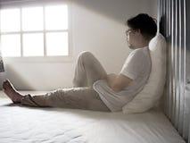 Jeune homme asiatique triste seul souffrant de la dépression grave photo stock