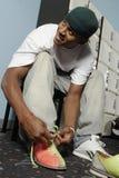 Jeune homme attachant la dentelle Photos libres de droits