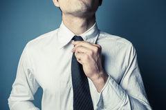 Jeune homme attachant le sien lien photo stock