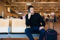 Jeune homme attendant dans l'aéroport international Images libres de droits