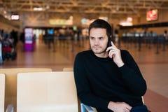 Jeune homme attendant dans l'aéroport international Photos stock