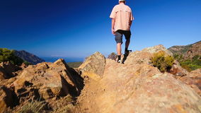 Jeune homme attirant appréciant la vue de la route D81 côtière célèbre avec la vue de Golfe de Girolata de Bocca Di Palmarella banque de vidéos