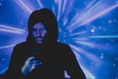 Jeune homme attirant avec la barbe prenant des photos dans un environnement futuriste photos libres de droits