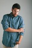 Jeune homme attirant avec la chemise de plaid. photos libres de droits