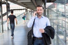 Jeune homme attirant d'affaires à l'aide du smartphone photo stock