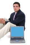 Jeune homme attirant d'affaires s'asseyant derrière Images libres de droits