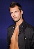 Jeune homme attirant dans la chemise noire Images stock