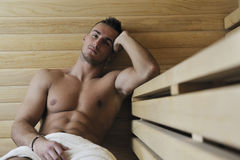 Jeune homme attirant dans le sauna Image libre de droits
