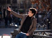 Jeune homme attirant prenant le selfie tandis qu'en vacances dans la ville europ?enne dehors images stock