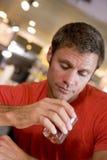 Jeune homme au bar regardant fixement tristement dans une boisson Images libres de droits