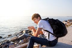 Jeune homme au bord de la mer Photos stock