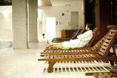 Jeune homme au centre de station thermale Images libres de droits