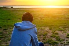 Jeune homme au coucher du soleil photographie stock libre de droits