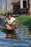 Jeune homme au lac Inle photo stock