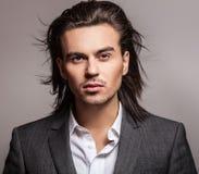 Jeune homme aux cheveux longs bel élégant dans le costume. image stock