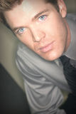 Jeune homme aux yeux bleus dans la chemise et la relation étroite image libre de droits