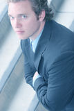 Jeune homme aux yeux bleus dans le procès et la relation étroite image stock