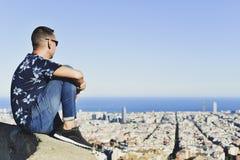 Jeune homme avec Barcelone, Espagne, au-dessous de lui photos stock