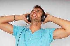 Jeune homme avec des écouteurs Photos stock