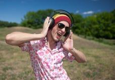 Jeune homme avec des écouteurs Photographie stock libre de droits